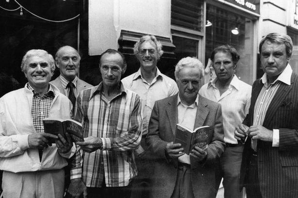 """Buster Edwards, Tom Wisbey, Jim White, Bruce Reynolds, Roger Cordrey, Charlie Wilson i Jim Hussey - na fotografii pozują z egzemplarzami ich książki """"The Great Train Robbers"""" /materiały prasowe"""