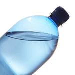 Butelkowana woda skażona mikroplastikiem
