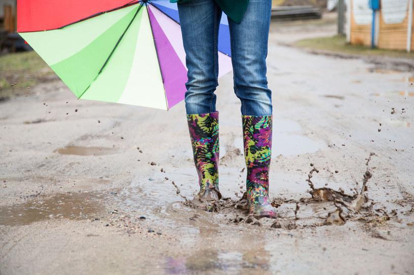 Buty ubrudzone po kostki to niehybny znak, że jesień rozgościła się na dobre... /123RF/PICSEL