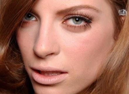 Buzię można optycznie wyszczuplić kosmetykami /East News/ Zeppelin
