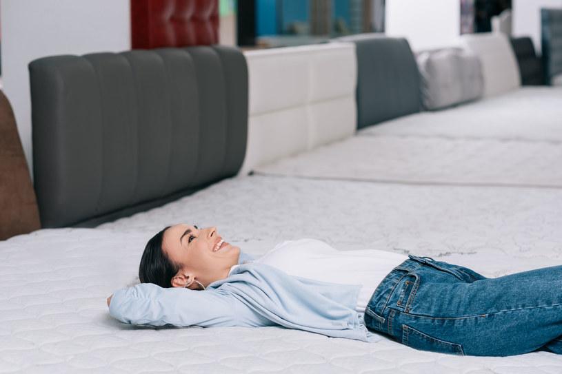 By dobrać odpowiedni materac, konieczna będzie wizyta w salonie i przetestowanie kilku modeli /123RF/PICSEL