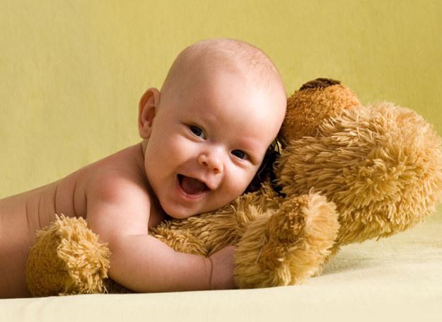 By dziecko pewnie się czuło, często je przytulaj /123RF/PICSEL