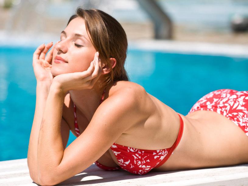 By mieć przyjemne w dotyku, miękkie ciało, wystarczy zadbać o prawidłowe nawilżenie skóry  /© Bauer