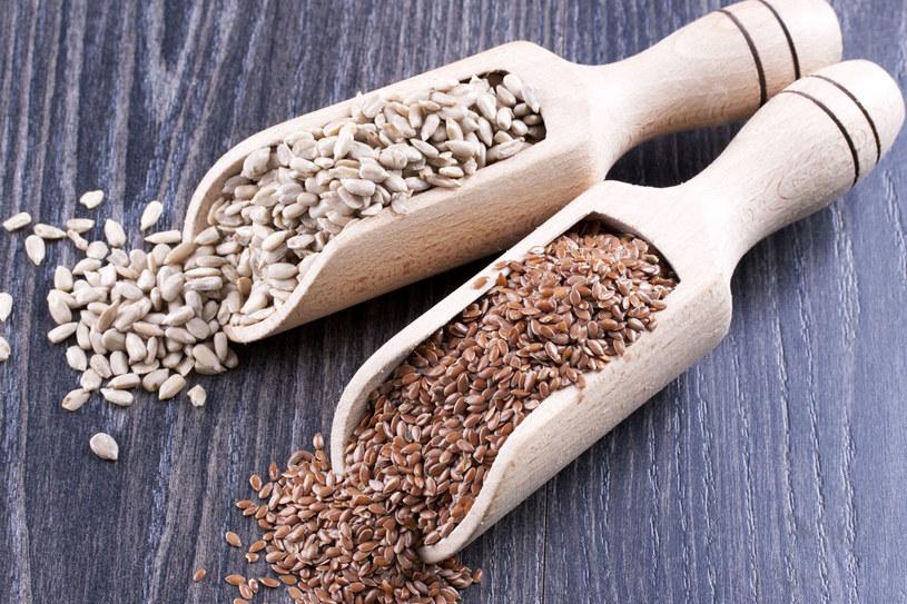 By obniżyć cholesterol koniecznie sięgaj po nasiona lnu i słonecznika /123RF/PICSEL