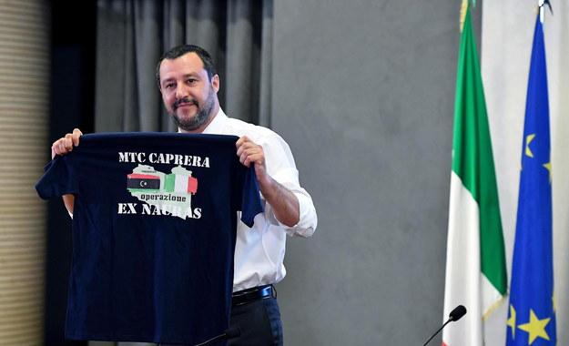 By pokazać jak ważna jest współpraca obu narodów, Salvini przyniósł na konferencję specjalną koszulkę z flagami Włoch i Libii /ETTORE FERRARI /PAP/EPA