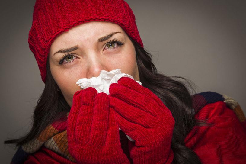 By uniknąć gwałtownych spadków temperatury ciała, przed wyjściem na zewnątrz zadbaj o odpowiednio ciepłe ubrania /123RF/PICSEL