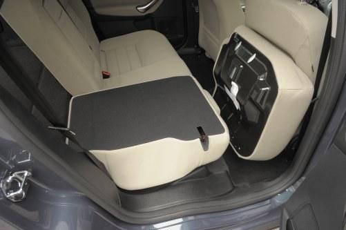 By złożyć oparcia i uzyskać płaską podłogę bagażnika, trzeba najpierw podnieść poduszki siedziska. /Auto Moto