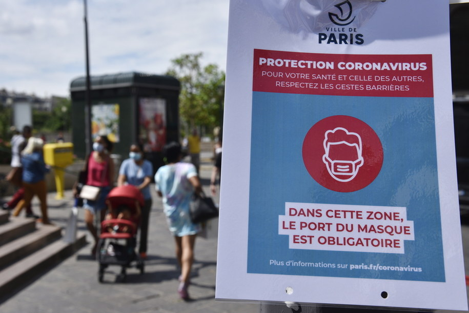 By zmniejszyć rozprzestrzenianie się koronawirusa w Paryżu nakazano noszenie maseczek //JULIEN DE ROSA / POOL /PAP/EPA