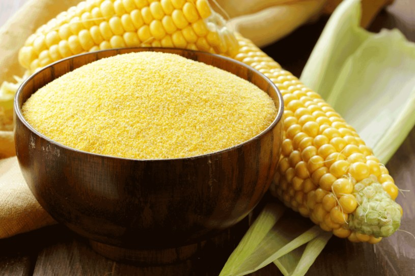 By zmotywować komórki skóry do działania, wykonaj peeling z mąki kukurydzianej /123RF/PICSEL