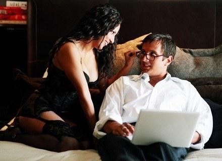 Być może wizja takiego zbliżenia własnej żony i jej szefa działa na Wojtka podniecająco? /ThetaXstock