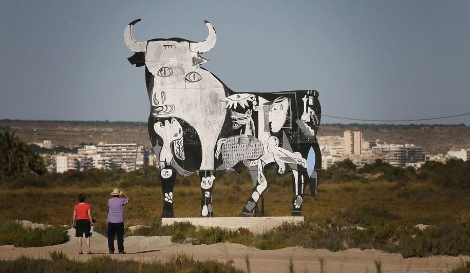 """Byk Osborne'a z fragmentem sławnego obrazu """"Guernica"""" (miasta zbombardowanego w 1937 r. w czasie hiszpańskiej wojny domowej) autorstwa P. Picassa /MANUEL LORENZO /PAP/EPA"""
