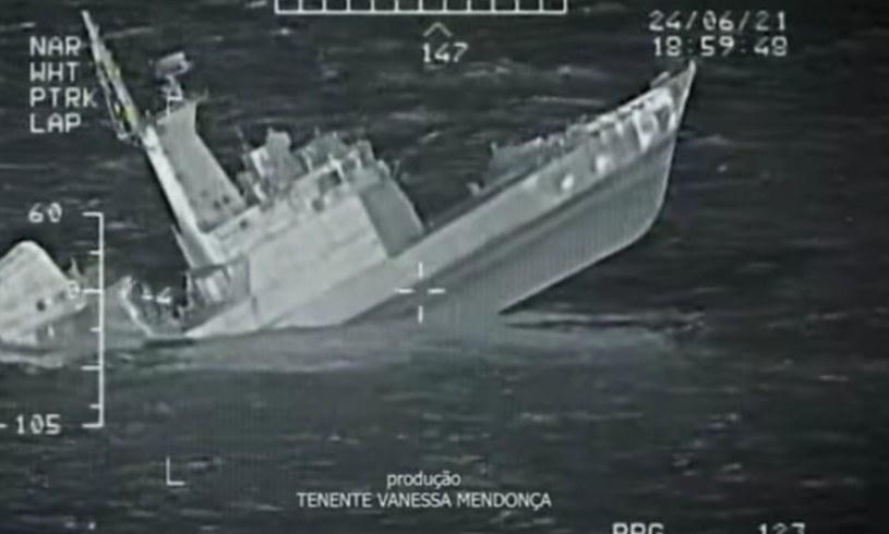"""Była korweta """"Jaceguai"""" tonie po trafieniu pociskiem z Caracala /Marynarka Wojenna Brazylii /domena publiczna"""