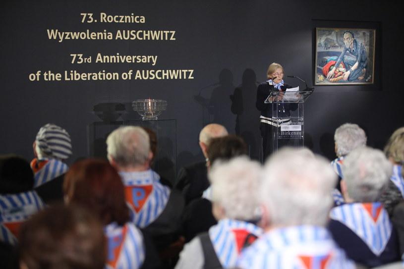 """Była więźniarka Maria Hoerl przemawia w budynku """"Sauny"""" na terenie byłego obozu Auschwitz II-Birkenau /Stanisław Rozpędzik /PAP"""