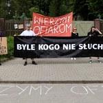 """""""Byle kogo nie słuchamy"""", """"Wierzymy ofiarom"""". Protest w Gdańsku"""