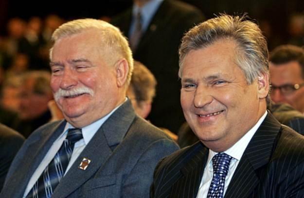 Byli prezydenci Lech Wałęsa i Aleksander Kwaśniewski - łączy ich miłość do internetu /AFP