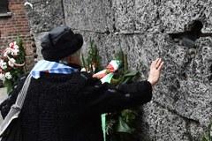 Byli więźniowie Auschwitz pod Ścianą Straceń