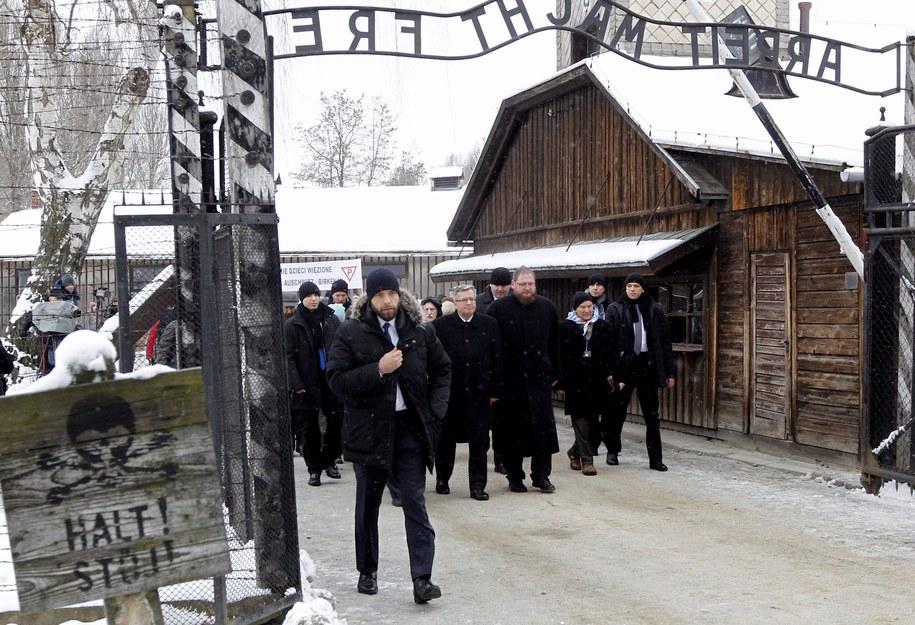 Byli więźniowie razem z prezydentem Bronisławem Komorowskim i dyrektorem Muzeum Auschwitz Piotrem Cywińskim /Andrzej Grygiel /PAP