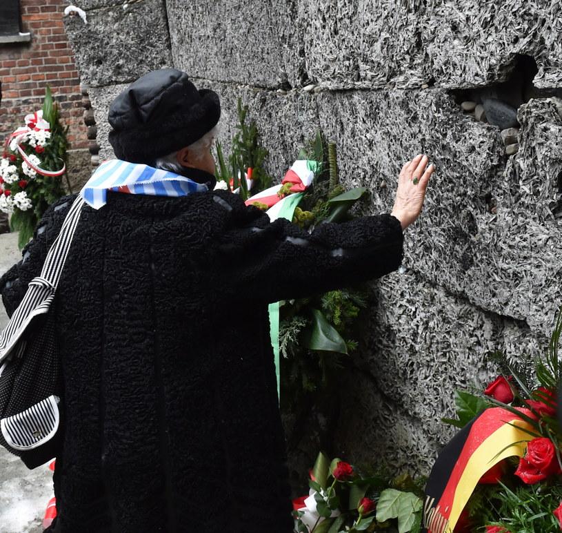 Byli więźniowie składają kwiaty pod Ścianą Śmierci w Auchwitz /Jacek Bednarczyk /PAP
