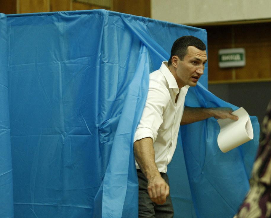 Były bokserski mistrz świata oddaje głos w wyborach /YURIY MAKSIMOV /PAP/EPA