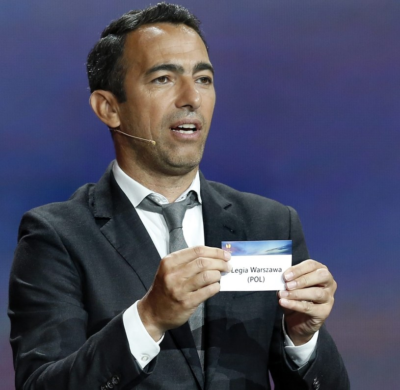 Były francuski piłkarz Youri Djorkaeff podczas losowania grup Ligi Europejskiej /PAP/EPA