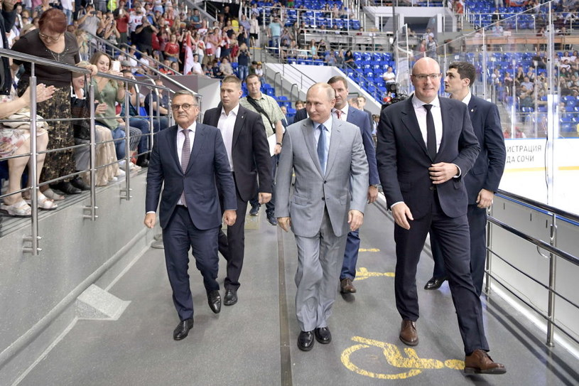 Były już szef ligi KHL Dmitrij Czernyszenko, a obok prezydent Rosji Władymir Putin /Getty Images