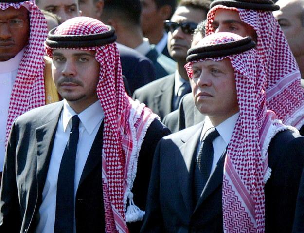 Były książę Jordanii Hamza ibn Husajn z bratem przyrodnim królem Abullahem II na zdjęciu archiwalnym z 2004 roku /MIKE NELSON /PAP/EPA