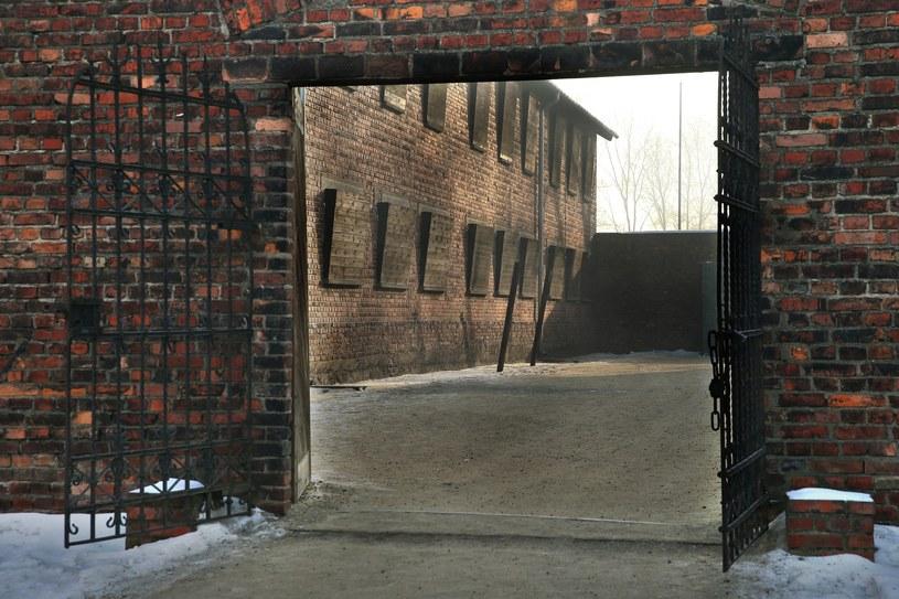 Były niemiecki nazistowski obóz koncentracyjny Auschwitz. Wejście na dziedziniec bloku nr 11 /MONKPRESS /East News