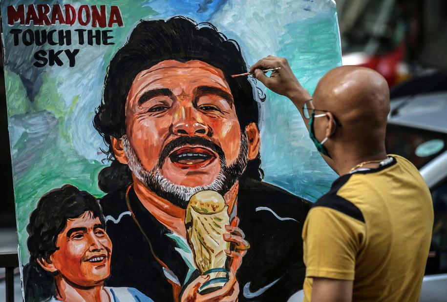 Były piłkarz 60-letni Diego Maradona zmarł w środę na atak serca /DIVYAKANT SOLANKI /PAP/EPA
