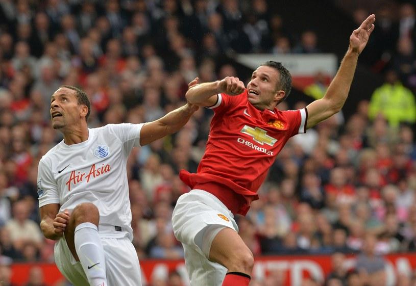 Były piłkarz Manchesteru Utd Rio Ferdinand (z prawej) walczy o piłkę z Robinem van Persiem /AFP