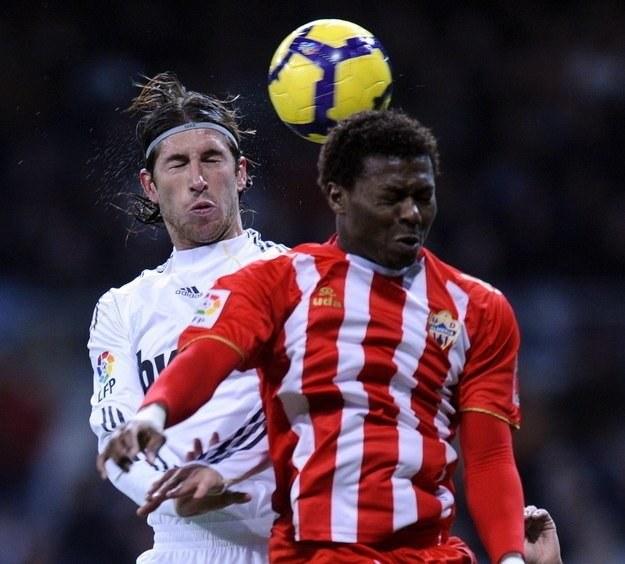 Były piłkarz Wisły Kraków, a obecnie Almerii Kalu Uche w walce o piłkę z Sergio Ramosem /AFP