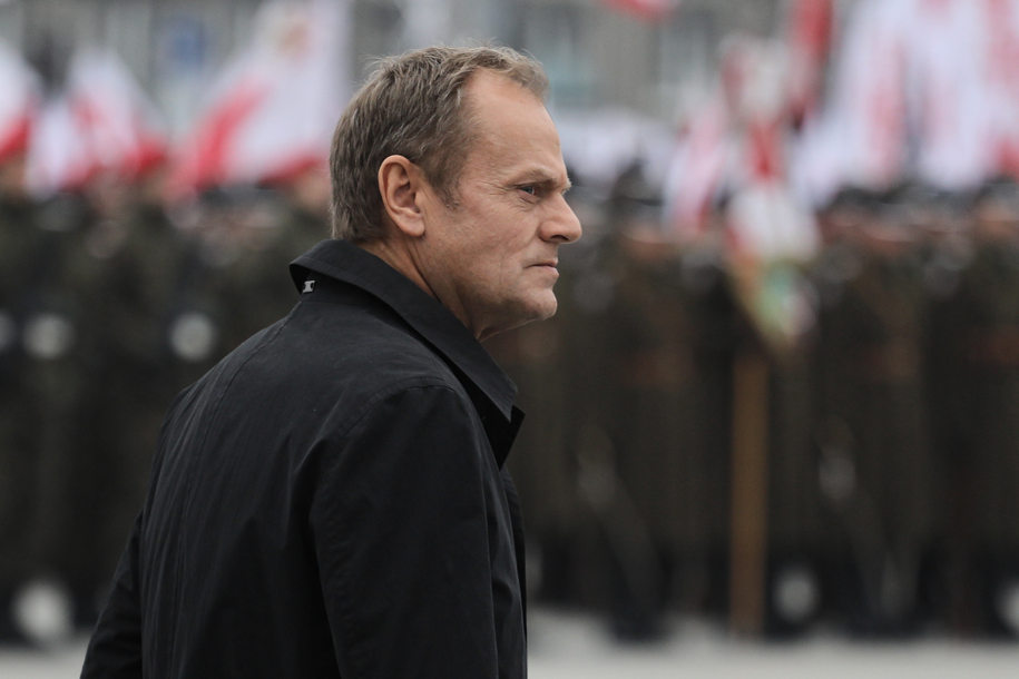 Były premier Donald Tusk na placu Józefa Piłsudskiego przed Grobem Nieznanego Żołnierza /Paweł Supernak /PAP