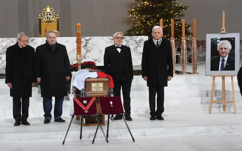 Były premier Jerzy Buzek (P), były wicepremier Janusz Steinhoff (L) i byli ministrowie Artur Balazs (2L) i Wojciech Maksymowicz (2P) podczas uroczystości pogrzebowe Longina Komołowskiego w Świątyni Opatrzności Bożej w Warszawie /Radek  Pietruszka /PAP