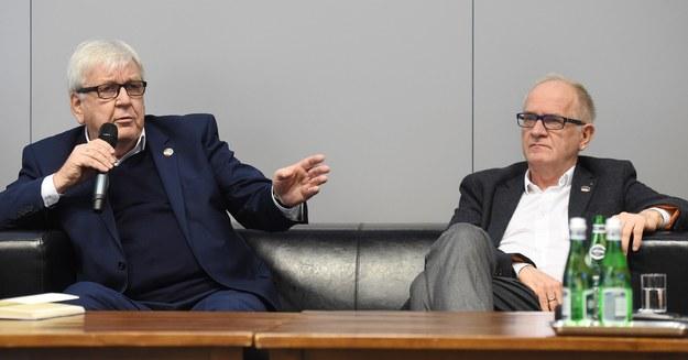 """Były prezes KRRiT Marek Markiewicz (L) i prezes Rady Mediów Narodowych Krzysztof Czabański (P) podczas konferencji prasowej """"25 lat ustawy o radiofonii i telewizji /Radek Pietruszka /PAP"""
