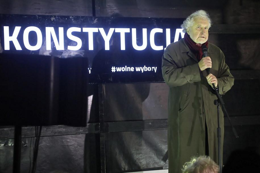 Były prezes TK Andrzej Rzepliński podczas protestu /Wojciech Olkuśnik /PAP