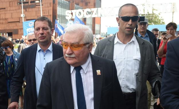 Były prezyden Lech Wałęsa składa kwiaty przy Bramie nr 2 Stoczni Gdańskiej /Radek Pietruszka /PAP