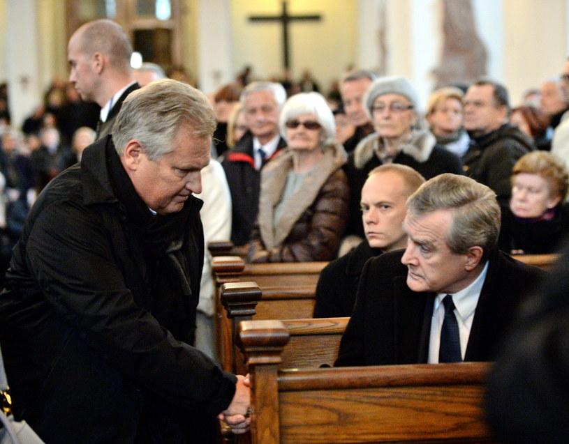 Były prezydent Aleksander Kwaśniewski (L) i wicepremier, minister kultury Piotr Gliński (P) w kościele /Jacek Turczyk /PAP