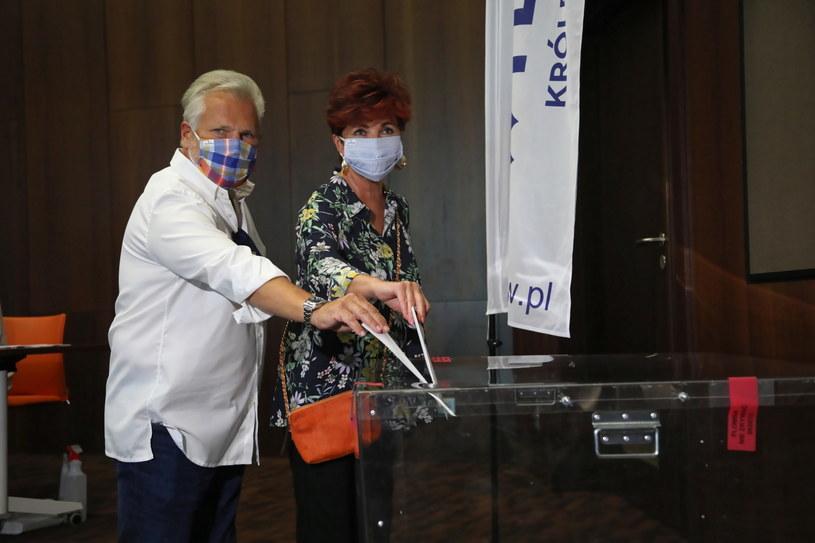 Były prezydent Aleksander Kwaśniewski wraz z żoną Jolantą oddają głos w pierwszej turze wyborów prezydenckich. /Wojciech Olkuśnik /PAP