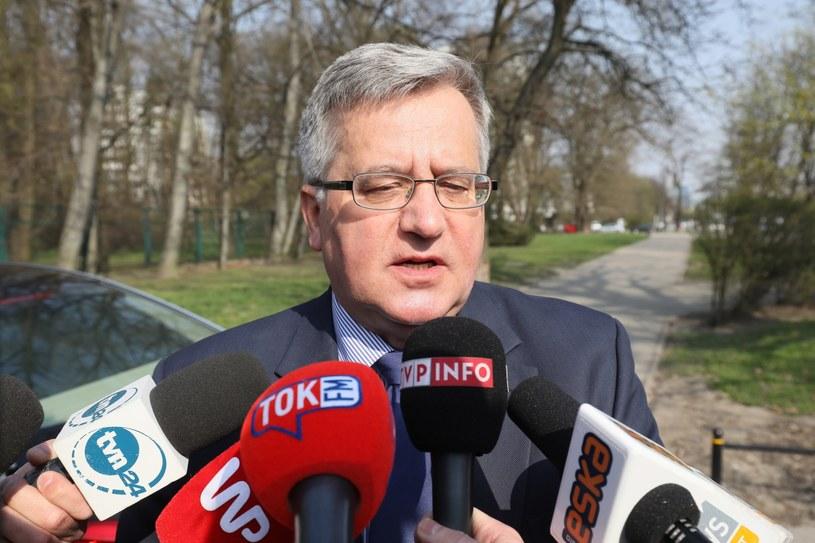 Były prezydent Bronisław Komorowski rozmawia z dziennikarzami w drodze na przesłuchanie w Prokuraturze Krajowej w Warszawie /Paweł Supernak /PAP