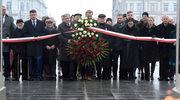 Były prezydent Bronisława Komorowski (centrum L) w towarzystwie polityków Romana Giertycha (L), Ryszarda Petru (3L) Jana Lityńskiego (4L) i Andrzeja Czumy (centrum P), Sławomira Nitrasa (4P), Ewy Kopacz (3P), Barbary Nowackiej (2P) i Czesława Mroczka (P)