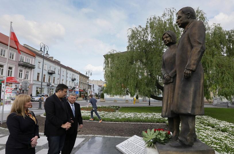 Były prezydent Gruzji Micheil Saakaszwili (2L) oraz posłowie PiS Małgorzata Gosiewska (L) i Marek Suski (3L) złożyli kwiaty przed pomnikiem Pary Prezydenckiej Lecha i Marii Kaczyńskich /Paweł Supernak /PAP