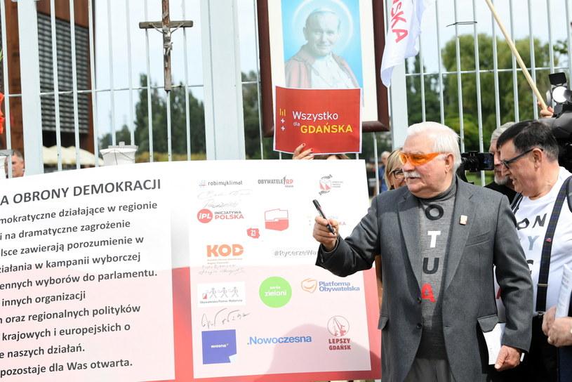 """Były prezydent Lech Wałęsa podpisuje """"Pomorską Deklarację Obrony Demokracji"""" / Adam Warżawa    /PAP"""