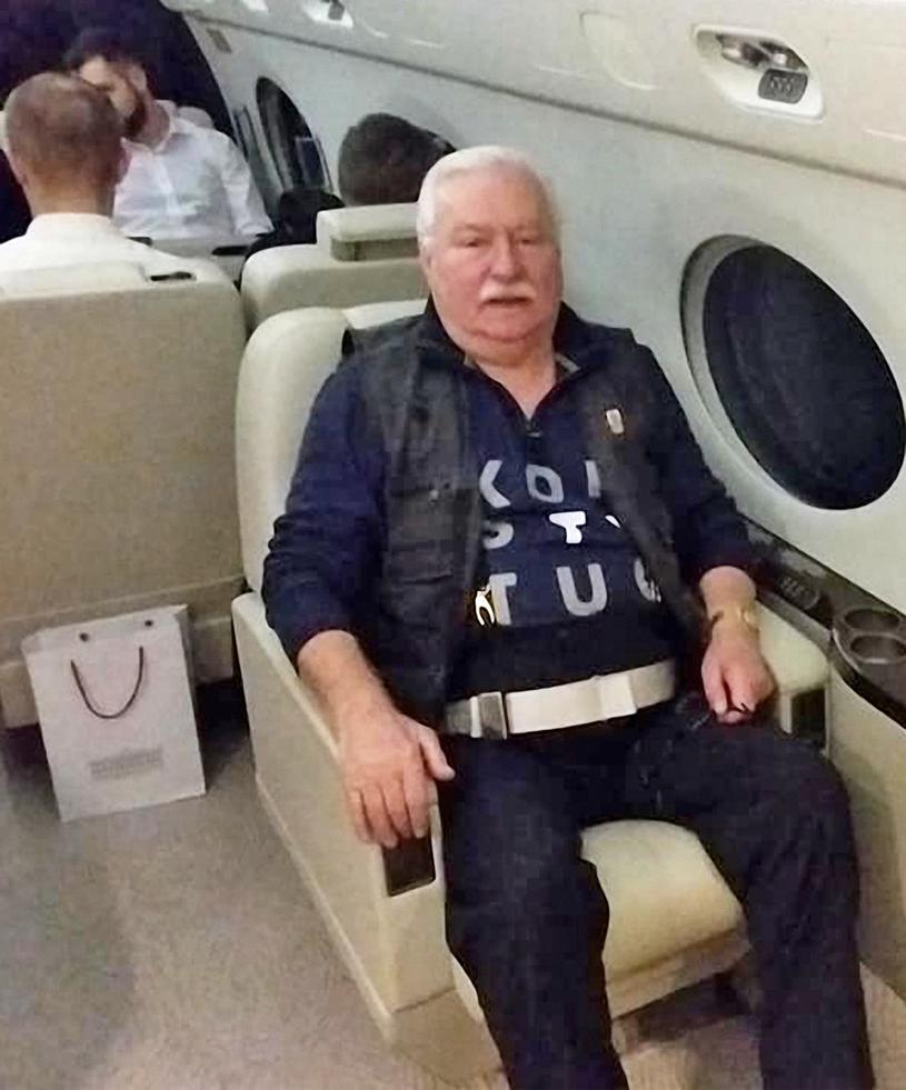 """Były prezydent Lech Wałęsa w koszulce z napisem """"Konstytucja"""" na pokładzie prezydenckiego samolotu w drodze na pogrzeb George'a W.H. Busha /Laski Diffusion /East News"""
