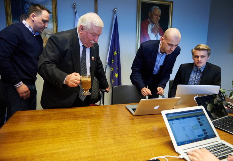 Były prezydent RP Lech Wałęsa przed rozpoczęciem czatu z internautami w swoim biurze w Europejskim Centrum Solidarności w Gdańsku /Adam Warżawa /PAP