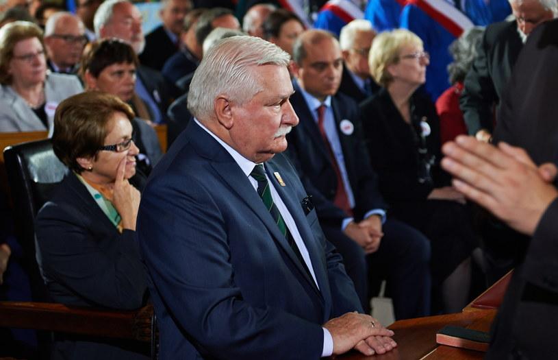 """Były prezydent RP, legendarny przywódca """"Solidarności"""" Lech Wałęsa (C) z żoną Danutą (L). /Adam Warżawa /PAP"""