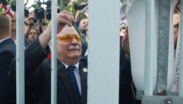 """Były prezydent RP, przywódca """"Solidarności"""" Lech Wałęsa składa kwiaty przy Bramie nr 2 Stoczni Gdańskiej. /Radek Pietruszka /PAP"""