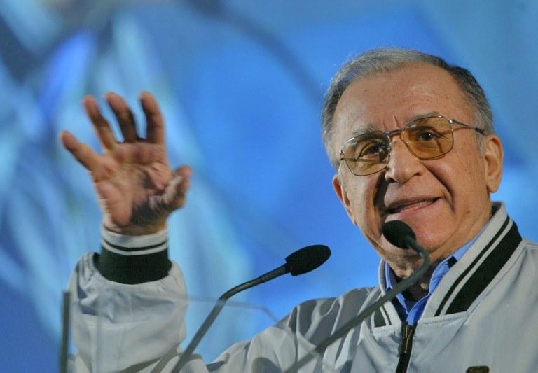 Były prezydent Rumunii Ion Iliescu na fotografii z 2004 r. /DANIEL MIHAILESCU /AFP