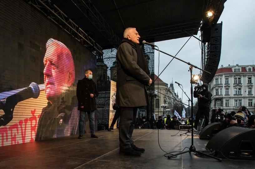 Były prezydent Vaclav Klaus przemawiał podczas protesty przeciwników rządowych ograniczeń z powodu pandemii koronawirusa /MICHAL CIZEK /AFP