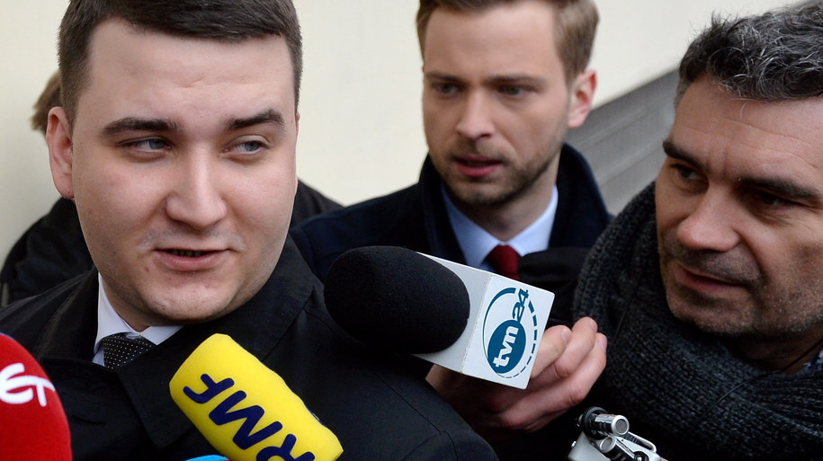 Były rzecznik MON Bartłomiej Misiewicz (C) rozmawia z dziennikarzami /Marcin Obara /PAP