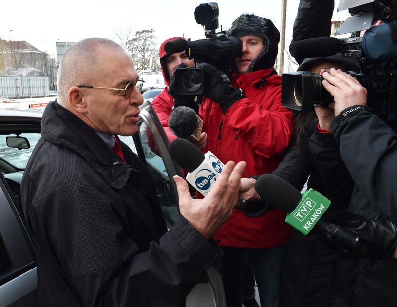 Były senator Aleksander Gawronik (L) rozmawia z dziennikarzami /Jacek Bednarczyk /PAP