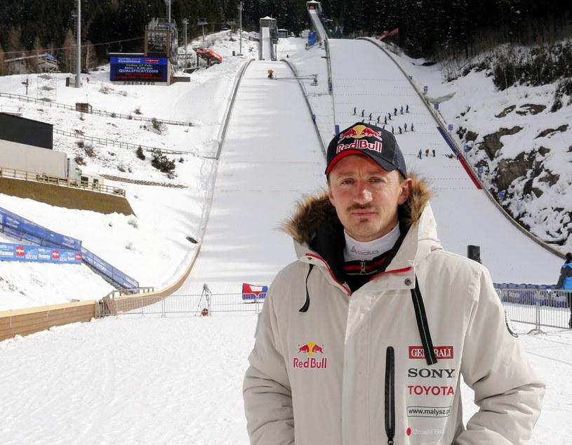Były skoczek narciarski Adam Małysz pod skocznią narciarską we włoskim Val di Fiemme /Grzegorz Momot /PAP